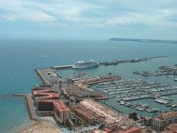 Alicante harbour with AIDAaura